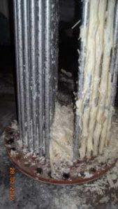 Le calcaire qui tombe de la chaudière à eau chaude.