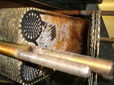 plaque d'échangeur de chaleur encrassée sur un générateur d'eau douce