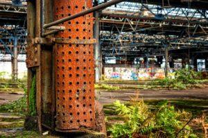 corrosion au niveau d'une cage métallique dans une zone industrielle